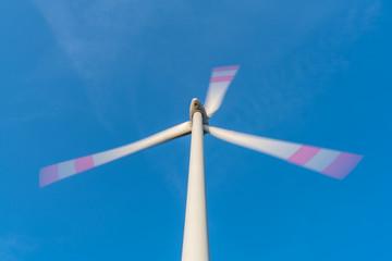 Drehendes Windrad aufgenommen mit Langzeitbelichtung für Bewegungsunschärfe