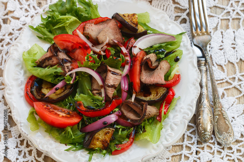 Foto: Warm salad of roast beef and vegetables - roasted bell peppers ...