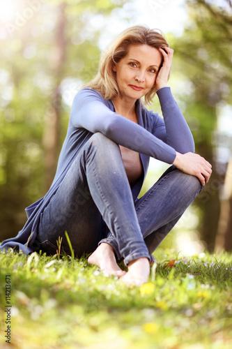 sch ne frau sitzt in der natur stockfotos und lizenzfreie bilder auf bild 114213671. Black Bedroom Furniture Sets. Home Design Ideas