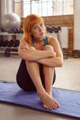 frau ruht sich aus nach dem workout im studio