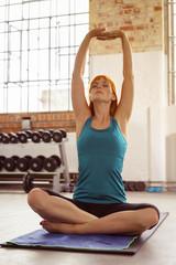 frau entspannt im fitness-studio
