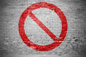 Ziegelsteinmauer mit Verbotszeichen Allgemeines Verbotszeichen Graffiti
