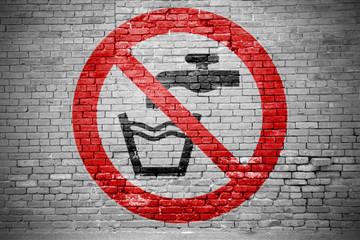 Ziegelsteinmauer mit Verbotszeichen Kein Trinkwasser Graffiti