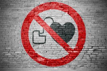 Ziegelsteinmauer mit Verbotszeichen Kein Zutritt für Personen mit Herzschrittmachern oder implantierten Defibrillatoren Graffiti