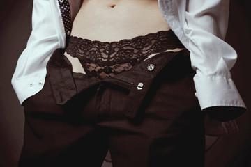 femme en string dentelles habillée en homme