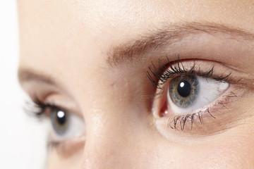 Close up blaugraue Augen einer jungen Frau
