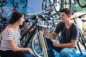 Paar sucht Fahrrad im Laden oder Geschäft aus