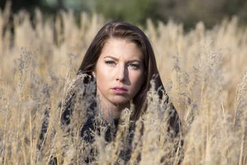 Attraktive junge Frau im Feld