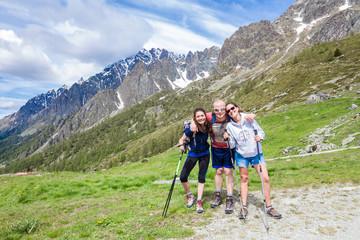 Amici escursionisti in montagna