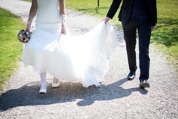 Brautpaar beim Laufen