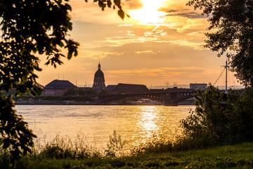 Blick auf die Theodor-Heuss-Brücke und die Christuskirche über den Rhein vom Rheinufer Mainz Kastel aus