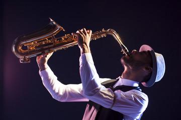 Saxofonista negro. Look retro.