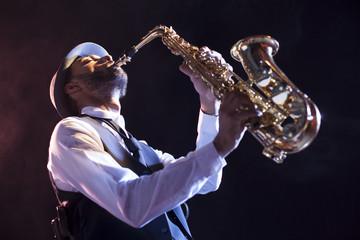 Saxofonista en contrapicado