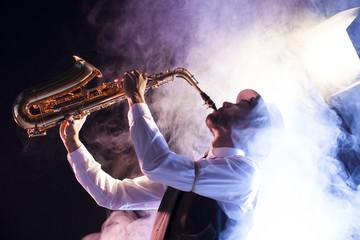 Saxofonista retro envuelto en nube de humo