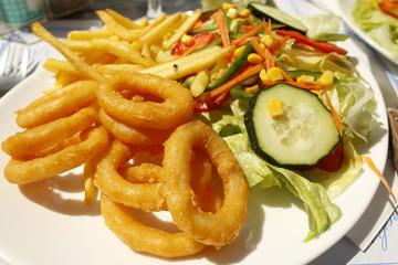 кольца кальмара с картошкой фри и овощным салатом