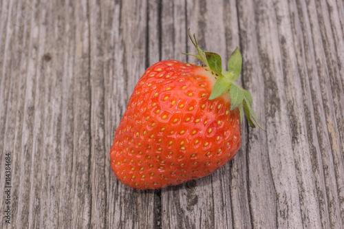 Erdbeere auf altem Holz