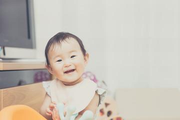カメラ目線の笑顔の赤ちゃん