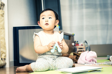 おもちゃで遊んでいる赤ちゃん