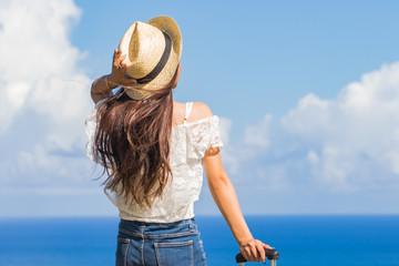 沖縄の海と旅をする女性