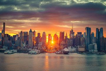 Fotomurales - Cloudy sunrise over Manhattan, New York