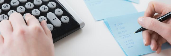 schuldenberaterin rechnet budget aus