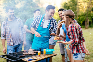 Photo sur Plexiglas Grill, Barbecue Friends having a barbecue party in nature
