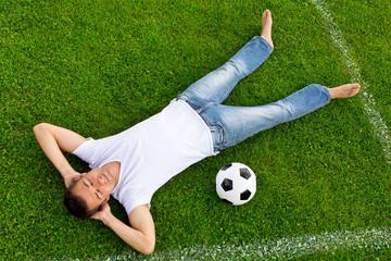 Mann träumt von Fußball auf dem Spielfeld
