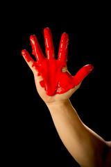 Pintura roja en la mano