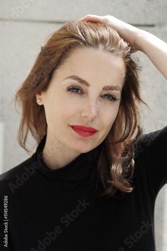 Wall mural portrait jolie femme brune élégante cheveux longs yeux bruns