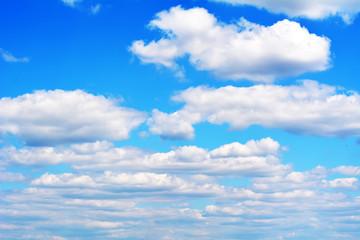 Красивые пушистые белые облака  в голубом небе