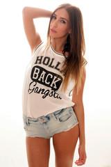 hübsche Frau im Sommeroutfit
