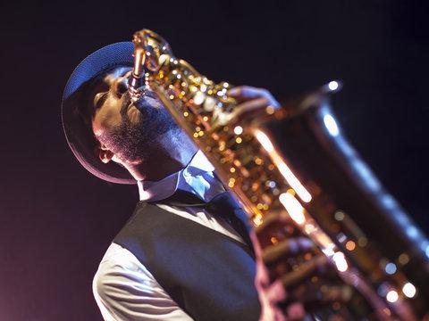 Saxofonista negro en contrapicado