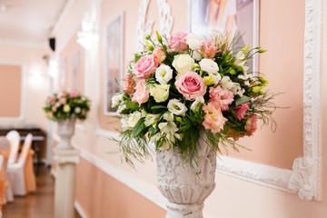 Wedding flower composition for restaurant