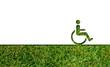 Nachhaltige Reklame: Rollstuhlfahrer auf Gras Hintergrund ausgeschnitten.