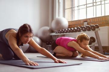 frauen machen pilates im fitness-club