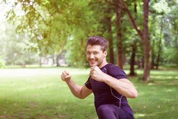 mann trainiert draußen im park