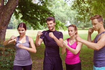 sportler trainieren draußen mit box-übungen