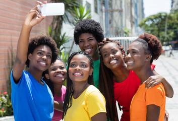 Gruppen afrikanischer Frauen macht Selfie