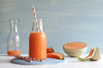 Melonen-Johannisbeer-Smoothie aus Cantaloupe Melone und weißen Johannisbeeren in einer Glasflasche