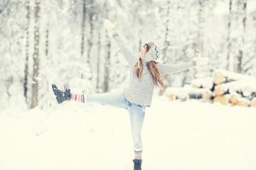 Frau macht Sport im Winter
