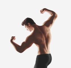 Render 3d ragazzo fitness con muscoli braccia
