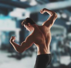 Sportivo in palestra bodybuilder