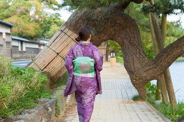 松江城の堀川沿いを歩く着物姿の女性