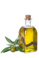 ceite de oliva virgen extra en botella de cristal aislado sobre un fondo blanco y decorado con hojas de olivo y aceitunas