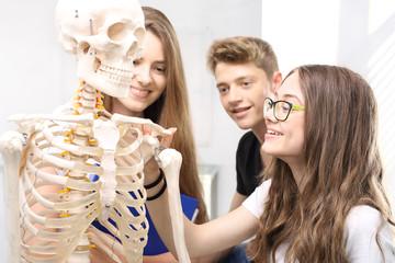 Nastolatkowie na lekcji biologii