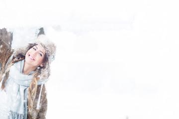 schöne Frau im Schnee im Winter