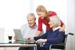 Enkelin zeigt Großeltern Online Shopping