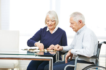 Paar Senioren beim Spielen von Dame