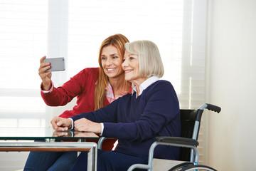 Tochter und Mutter machen Selfie