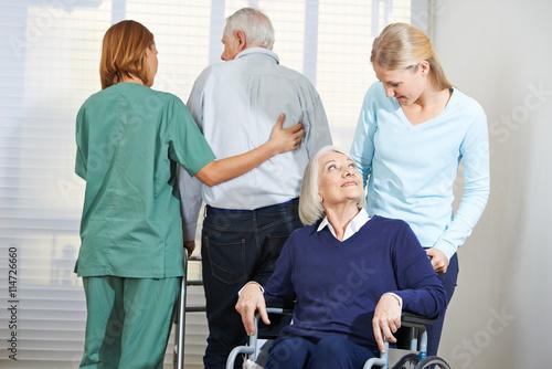 betreuung von senioren im pflegeheim arkivfoton och royaltyfria bilder p pic. Black Bedroom Furniture Sets. Home Design Ideas